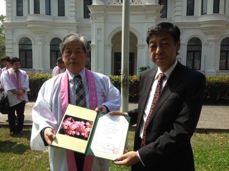 Mr Wakisaka and the Ambassador Hobo showing a photo of the flowers of the Sakura plants gifted.