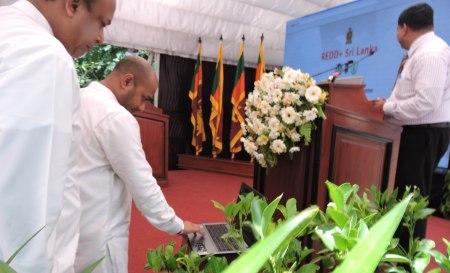 2. Minister launching the REDD Web.- LOW RES